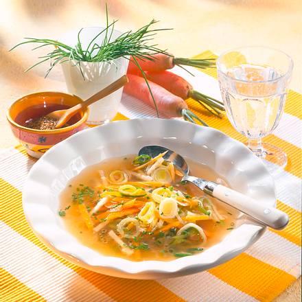 Klare Gemüsesuppe mit Suppengrün Rezept