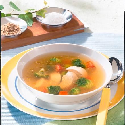 Klare Hühnersuppe mit Broccoli und Tomate Rezept