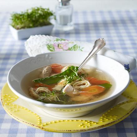 Klare Hühnersuppe mit Crêperöllchen, Zuckerschoten, Möhren und Kresse Rezept