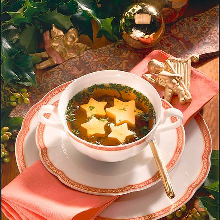 Klare Suppe mit Eierstich-Sternen Rezept
