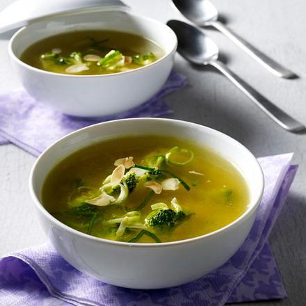 Klare Suppe mit Porree, Broccoli, Mandeln und Curry Rezept