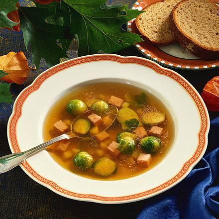 Klare Suppe mit Rosenkohl und Kartoffelstückchen Rezept