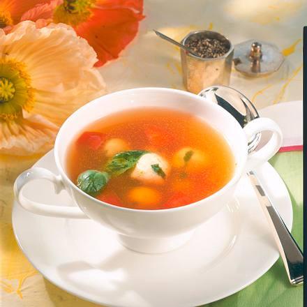 Klare Tomatensuppe mit Basilikumklößchen Rezept