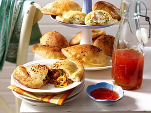 Kleine Calzone-Pizzen mit Lachs-Frischkäse-Füllung und Asia-Füllung) Rezept