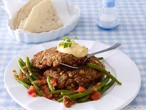 Kleine Kalbsschnitzel mit Harissa-Walnuss-Panade zu grünen Bohnen Rezept