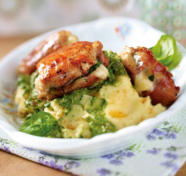 Kleine Parma-Hähnchen-Päckchen mit Kräuterschmand-Kartoffelstampf Rezept