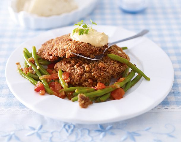Kleine Schnitzel mit Harissa-Walnuss-Panade zu grünen Bohnen Rezept