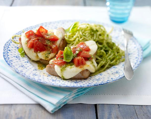 Kleine überbackene Putenschnitzel zu Pesto-Spaghetti Rezept