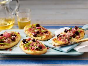 Kleine Zwiebelkuchen mit Oliven Rezept