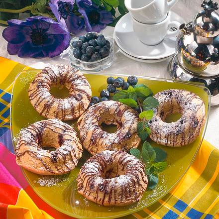 Kleiner Biskuitring mit Heidelbeeren Rezept
