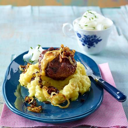 Klopse mit Obazda-Füllung auf Kartoffelpüree Rezept