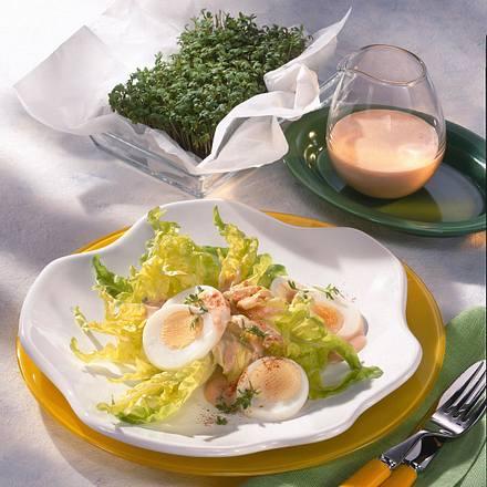 Knackiger Blattsalat mit Ei und Cocktailsoße Rezept
