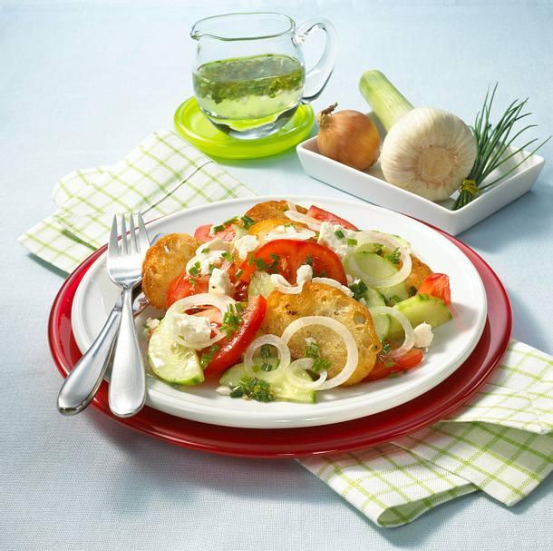 Knackiger Brotsalat mit Fetakäse Rezept