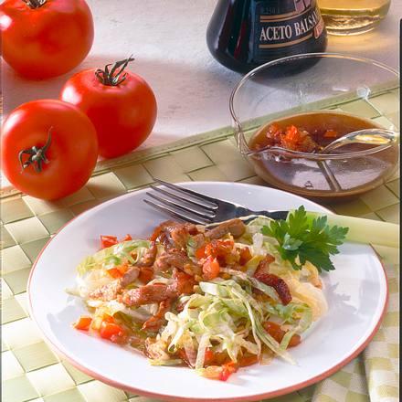Knackiger Eisbergsalat mit Filetstreifen und Balsam-Vinaigrette Rezept
