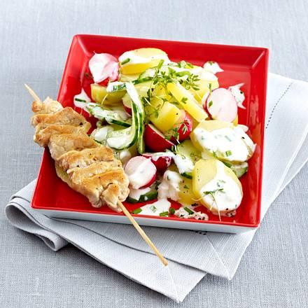 Knackiger Kartoffelsalat mit Joghurt-Dressing und Schnitzelspießchen Rezept