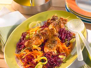 Knackiger Rotkohlsalat mit Räuberspießen Rezept