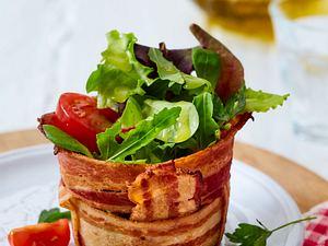 Knackiger Salat in Bacon-Körbchen Rezept
