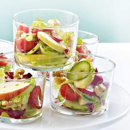 Knackiger Salat mit Apfel und Nüssen Rezept