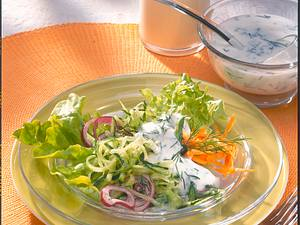 Knackiger Salat mit Gurke und Buttermilch-Dillsoße Rezept