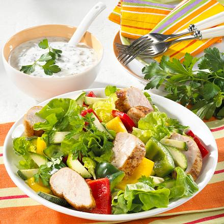 Knackiger Salat mit Hähnchen Rezept