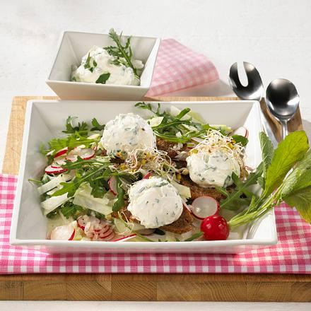 Knackiger Salat mit Joghurt-Bällchen Rezept