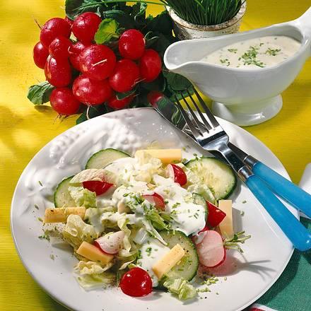 Knackiger Salat mit Joghurt-Schnittlauch-Soße Rezept