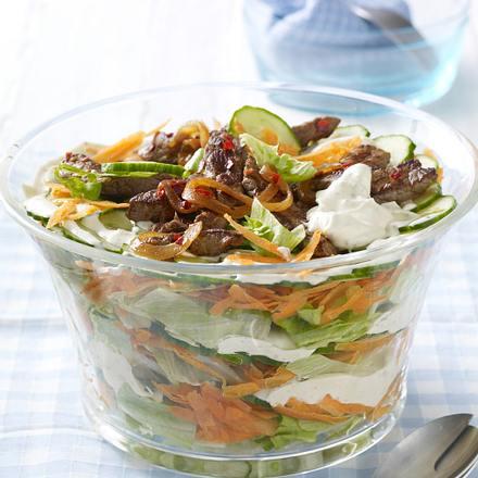 Knackiger Schichtsalat mit scharfen Rinderstreifen Rezept