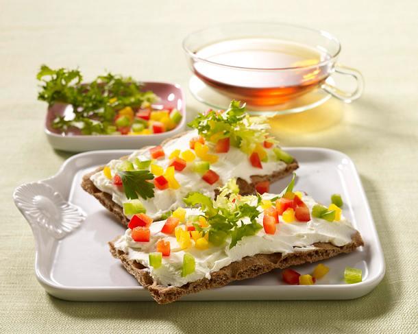 Knäcke mit Frischkäse und bunten Paprikawürfeln Rezept