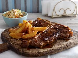 Knoblauch-Bier-Steak mit Kartoffelstäbchen und Cole Slaw Rezept