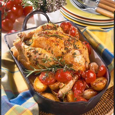 Knoblauch-Hähnchen mit Kräutern, Röstkartoffeln-Schalotten-Kirschtomatengemüse Rezept