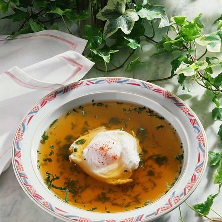 Knoblauch-Kräuter-Brühe mit pochiertem Ei Rezept