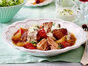 Knoblauch-Lammgulasch mit Olivenbrot Rezept