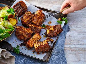 Knusper-Schweinebauch an Bratkartoffeln und Spitzkohl Rezept