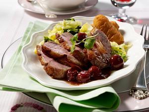 Knusprige Entenbrust in Kirsch-Sherrysoße zu Butter-Spitzkohl Rezept