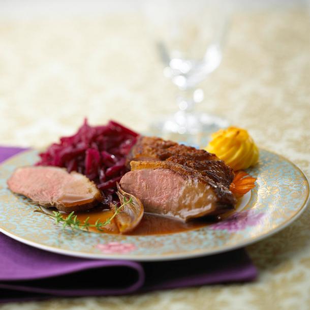 Knusprige Entenbrust zu Herzogin-Kartoffeln und Rotkohl Rezept