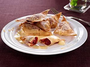 Knusprige Kirsch-Taschen auf Amaretto-Zabaione Rezept