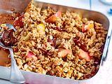Knuspriger Crumble mit Äpfeln und Zwetschen Rezept
