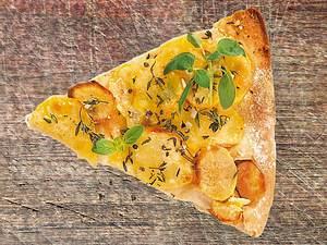 Knuspriger Pizzateig mit Tomatensugo, Kartoffeln & Thymian Rezept