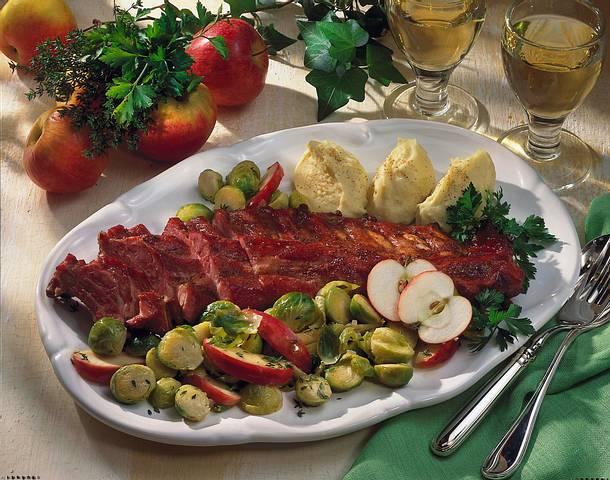 Knuspriger Schweinerippenbraten mit Rosenkohl-Apfel-Beilage und Kartoffelpüree Rezept