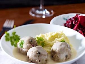 Königsberger Klopse, Kartoffelpüree und Apfe-Rote-Bete-Salat Rezept
