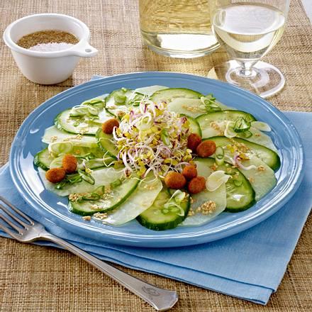 Kohlrabi-Gurken-Carpaccio mit Sprossen, Paprikanüssen und Sesam-Vinaigrette Rezept