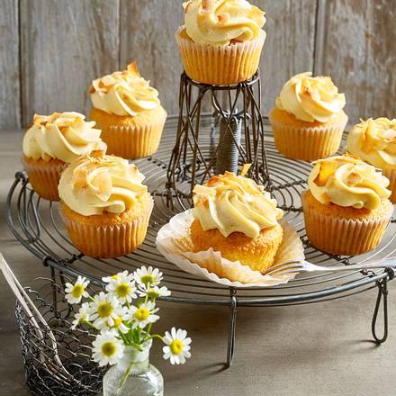 kokos cupcakes mit mango frischk se topping rezept. Black Bedroom Furniture Sets. Home Design Ideas