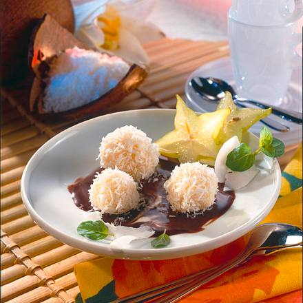 Kokosbällchen auf Schokosoße Rezept