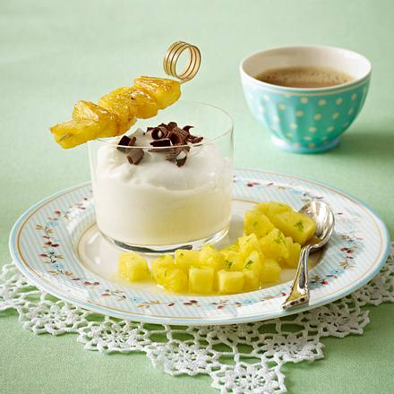 Kokospudding mit Ananasspießen Rezept