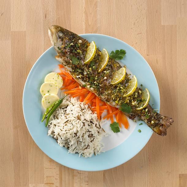 Koriander-Forelle mit Chili-Butter auf Möhrengemüse Rezept