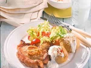 Kotelett mit Pellkartoffeln und Salat Rezept