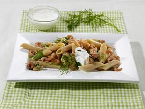 Krabben-Kräuter-Salat mit Vollkornnudeln und Joghurt-Dip Rezept