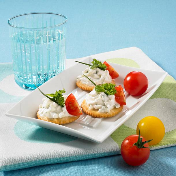 Kräcker mit Kräuter-Quark und Kirschtomaten Rezept
