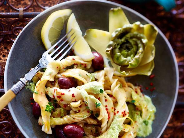 Kräuter-Chili-Nudeln mit Baby-Artischocken, Oliven und Zitrone Rezept