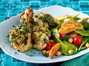 Kräuter-Hähnchenkeulen an Kartoffel-Kichererbsensalat Rezept